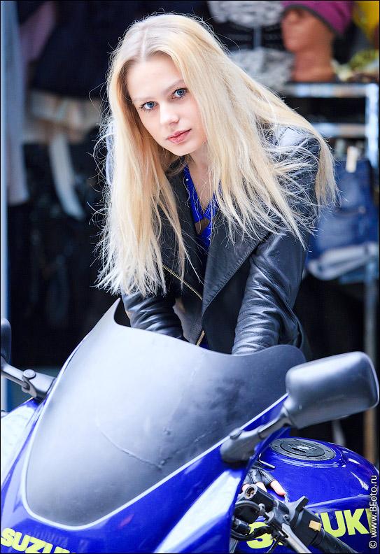 Фото блондинка на мотоцикле