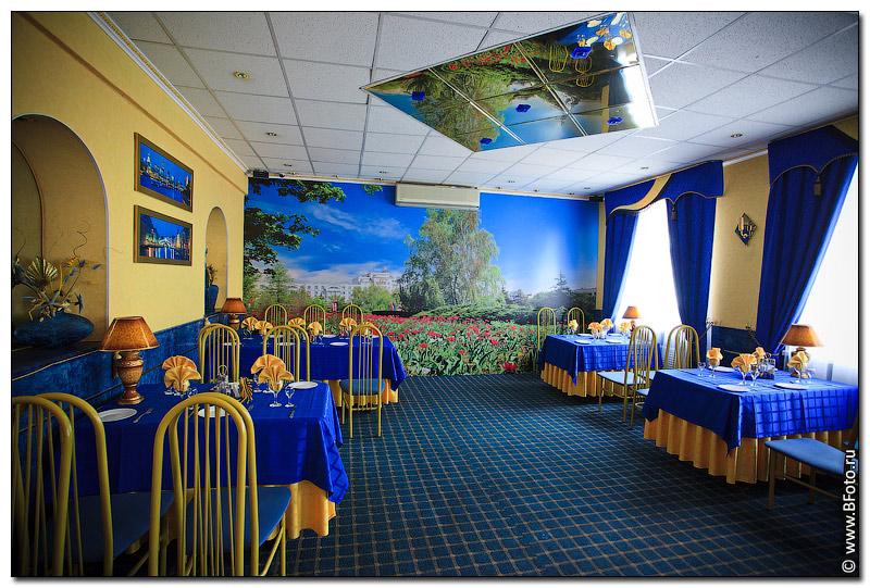 Фотообои на стене в интерьере ресторана